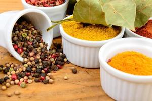 sortiment av indiska kryddor foto