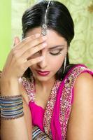 vacker indisk brunett kvinna porträtt foto
