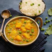 indisk mat för aloo mutter curry