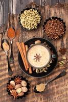 indisk masala chai och kryddor. foto