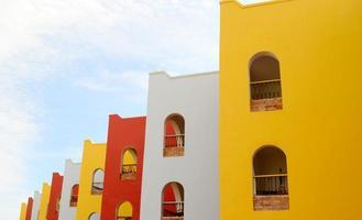 mångfärgad byggnad foto
