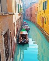 liten kanal med båtar foto