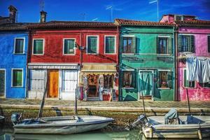hus och båtar i burano foto