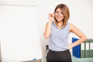 vacker latinamerikansk lärare i ett klassrum foto