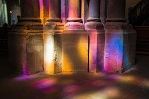 kyrkans kolonndetalj och färgstark glasmålning ljuseffekt foto