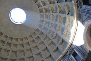 italienske arkitektoniska detaljer: kupoljusutstrålning foto