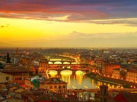 solnedgång utsikt över bron ponte vecchio. Florens, Italien