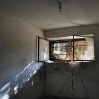 reflektion i mörkt rum foto