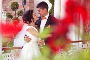 bruden och brudgummen i staden foto