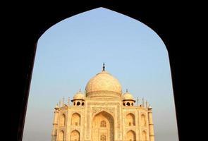 taj mahal, Agra, Indien utsikt från moskén på kvällen foto