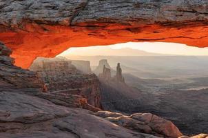 soluppgång på mesa arch i canyonlands national park foto