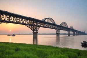 yangtze River Bridge i solnedgången foto