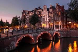 amsterdam kanal vid skymningen, Nederländerna foto