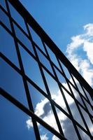 reflektion av himlen och molnen i byggnadsfönster foto