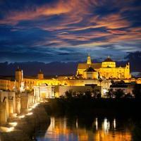 berömd moské (mezquita) och romersk bro på en vacker natt, foto