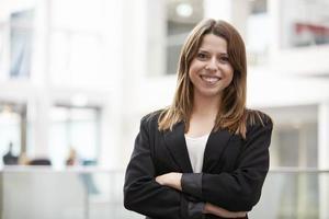 huvud och axlar porträtt av ung affärskvinna i office foto