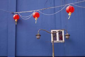 blå vägg och lyktor foto