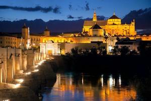 romerska bron och moskén (mezquita) på kvällen, Spanien, Europa