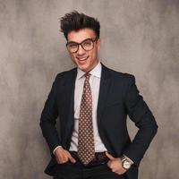 skrattande ung affärsman som bär glasögon foto