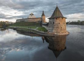pskov kremlin vid sammanflödet av två floder. foto