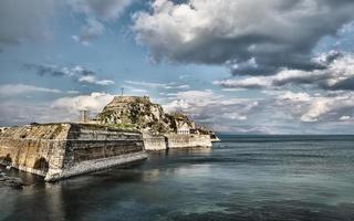 den gamla fästningen i staden Korfu foto