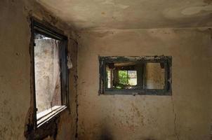 fönster och väderbitna vägg foto