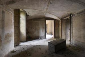 gamla övergivna rum foto