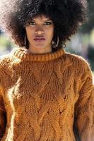 porträtt av attraktiv afro kvinna på gatan
