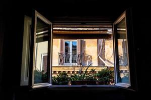 fönster i historisk byggnad i centrum av Rom foto