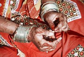 händerna på en ung indisk kvinna. foto