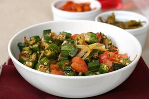 indisk maträtt med okra och tomater foto