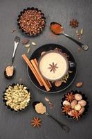 indiskt masala te. kryddor och kryddig foto