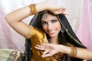 vacker indisk brunett traditionell modestil foto