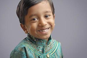 indisk liten pojke med traditionell klänning foto