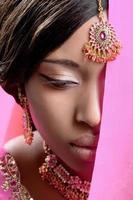 vacker indisk kvinna som bär gyllene smycken foto