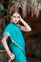 flickan i den blå indiska dräkten. foto