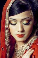 indisk tjej i vackert gjort brudmakeup foto