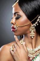 exotisk indisk brud klädd för bröllop foto