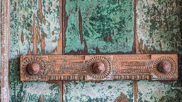 gammal indisk dörr med dekorativ förstärkningsstång foto
