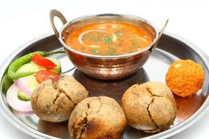 indisk rajasthani mat dal bati laddu sallad