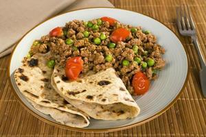 indisk måltid matlagning lamm keema curry med ärtor chapati foto