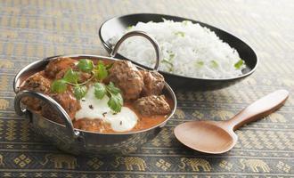 indisk måltid matlagning balti curry och ris foto