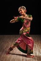 vacker flicka dansare av indisk klassisk dans bharatanatyam foto
