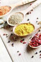 skedar med kryddor foto