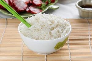 vitt ångat ris i vit rund skål foto