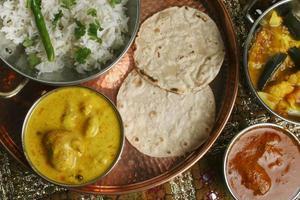 kadhi pakori - en maträtt från gujarat foto
