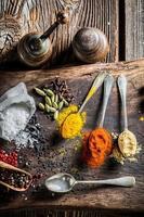 färska kryddor och örter på gammalt bräde foto