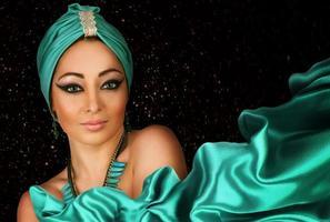 vacker kvinna i orientalisk stil i turban foto