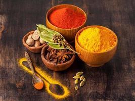 kryddor curry, paprika, muskot, stjärnanis, kardemumma. foto