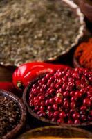 orientaliska heta kryddor på träbord foto